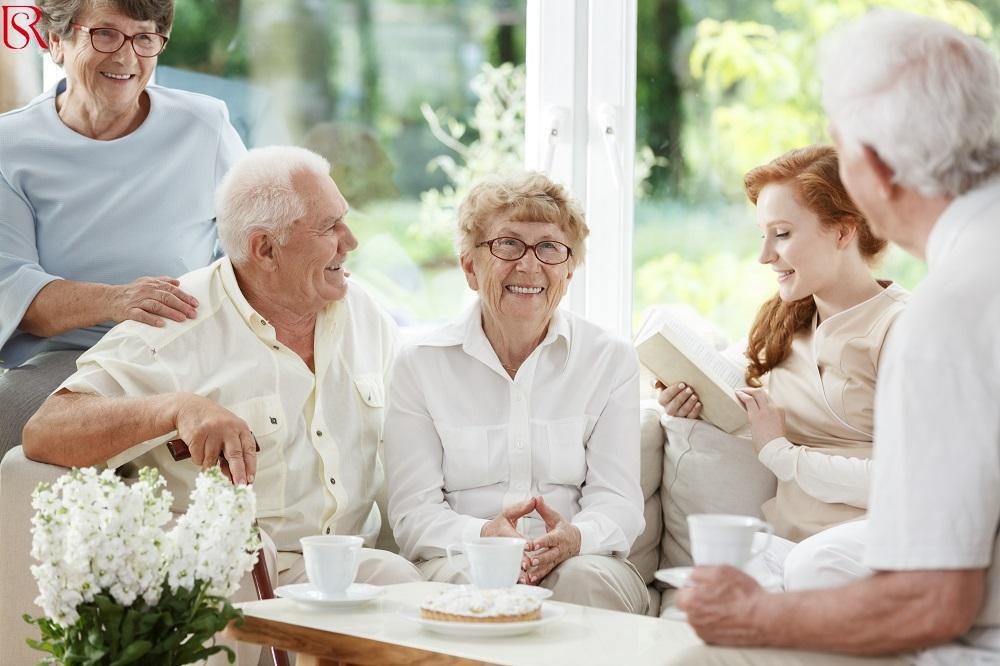 كيفية العثور على جليسة مسن الأنسب لوالدك المسن