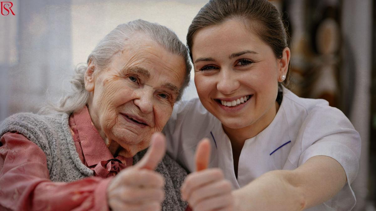 اعرف كيف تقدم الرعاية من جليسة مسنين بالمنزل