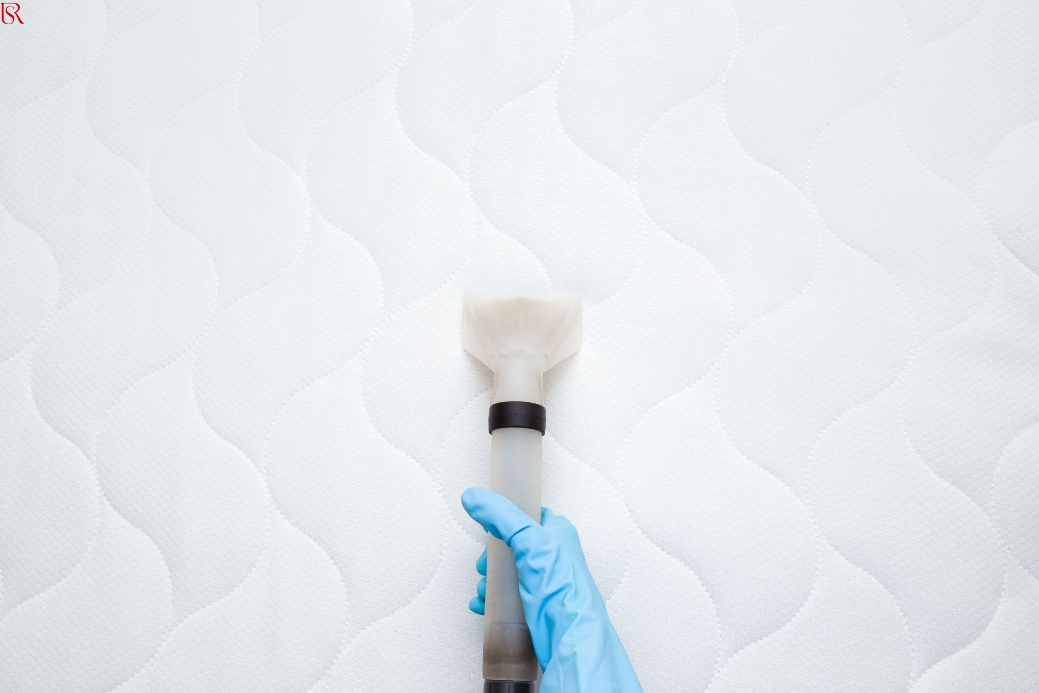 8 طرق مُجربة.. كيفية تنظيف مرتبة السرير من البقع