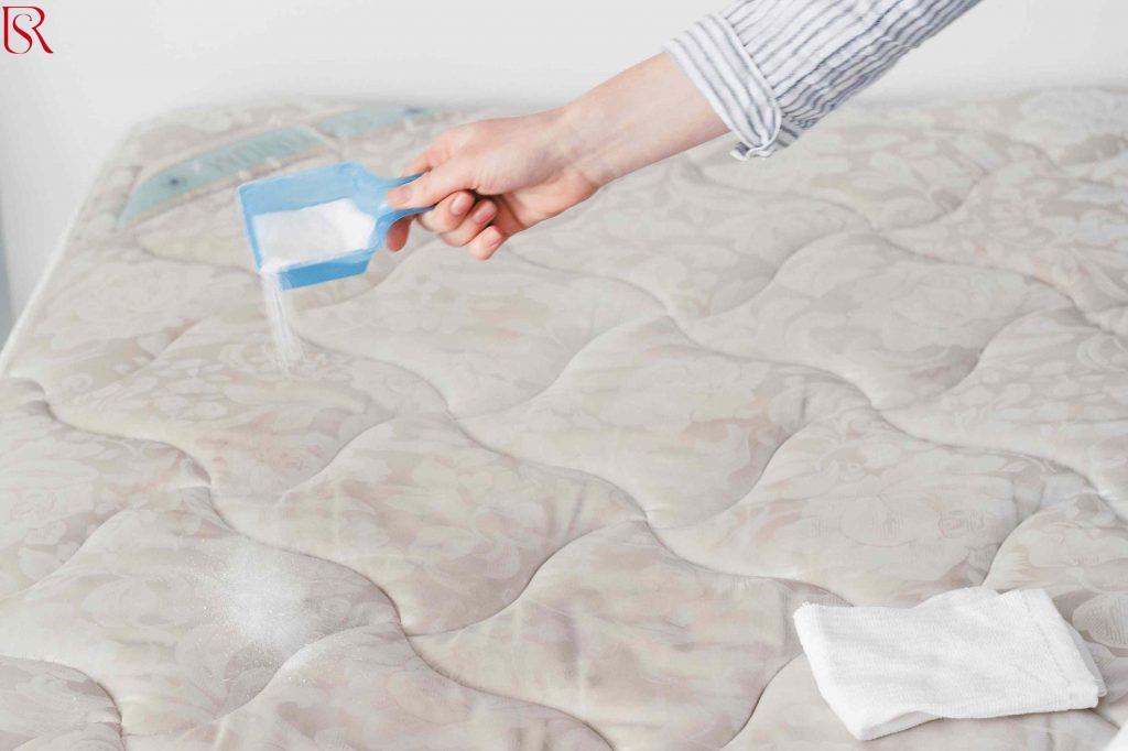كيفية تنظيف مرتبة السرير من البقع