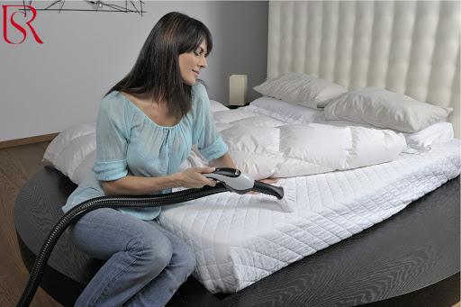 طريقة تنظيف مرتبة السرير في 9 خطوات بسيطة
